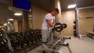 Павел Прилучный в спортзале